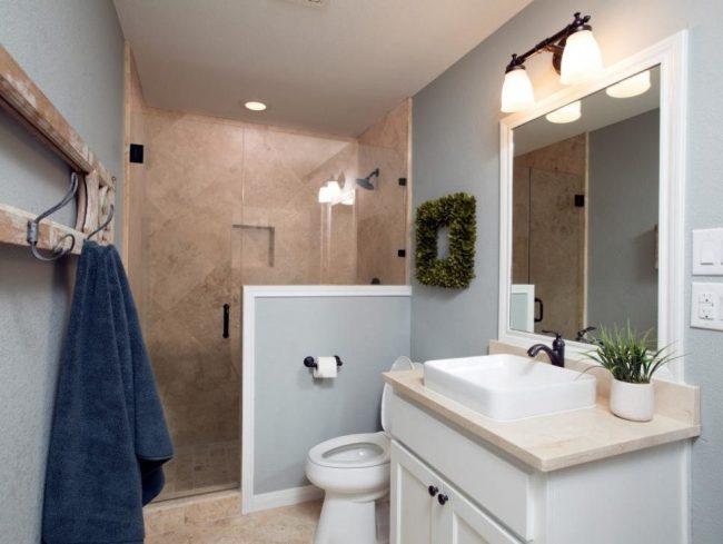 Tout ce dont vous avez besoin pour une vie confortable dans un vestiaire : salle de bain combinée