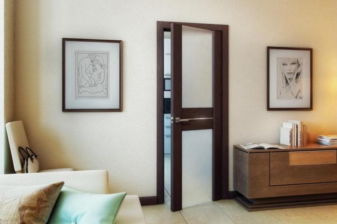 portes de couleur wengé combinées avec des meubles à l'intérieur