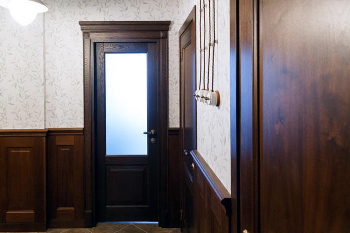 portes de couleur wengé combinées avec du papier peint à l'intérieur
