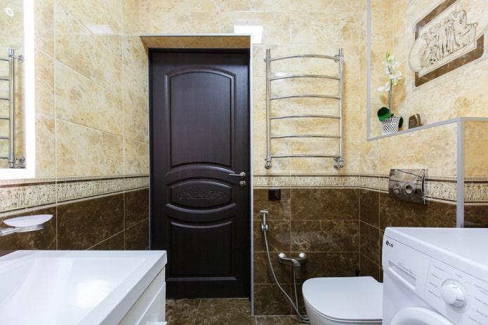 portes intérieures de couleur wengé dans la salle de bain