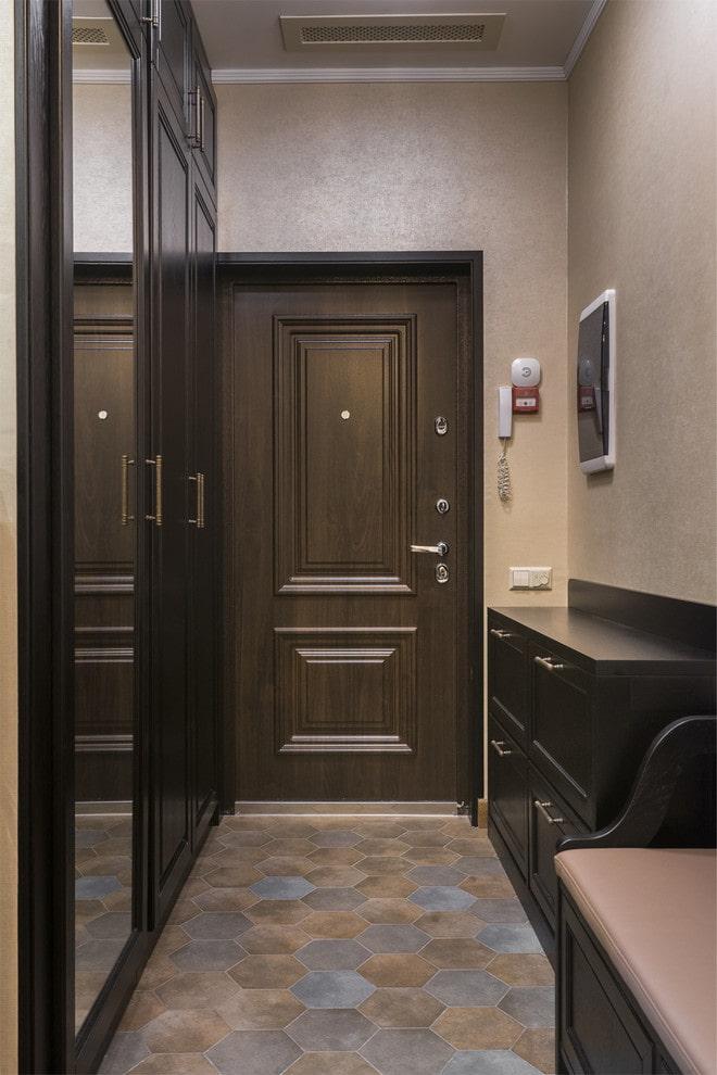 portes de couleur wengé dans le couloir