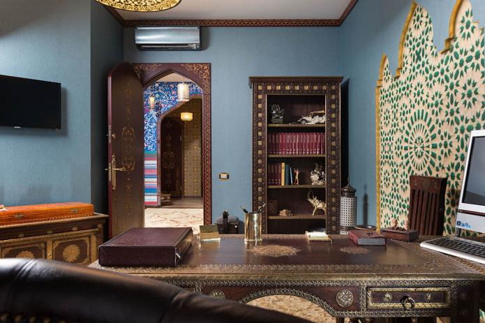 portes de couleur wengé dans le bureau de style oriental
