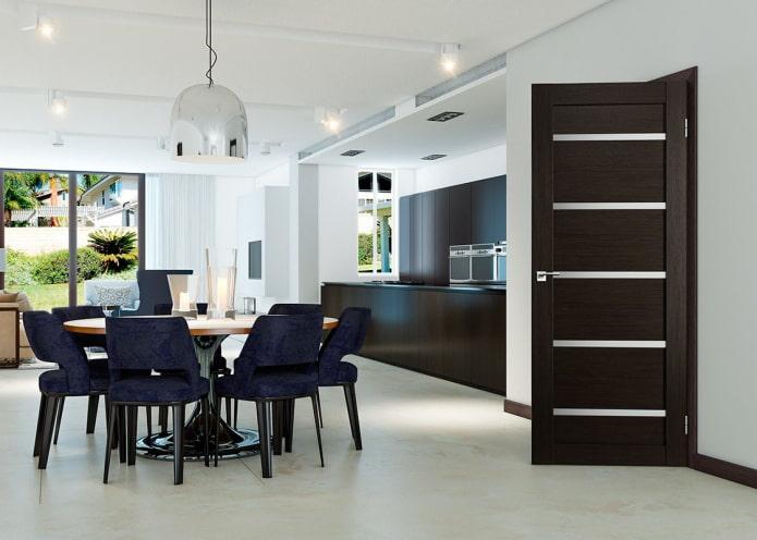 portes de couleur wengé dans la cuisine-salle à manger dans un style moderne