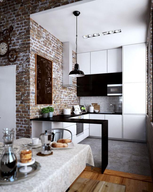 Combinaison élégante de briques et de meubles en noir et blanc