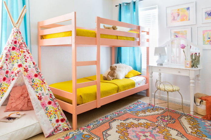 lit superposé rose dans la pépinière