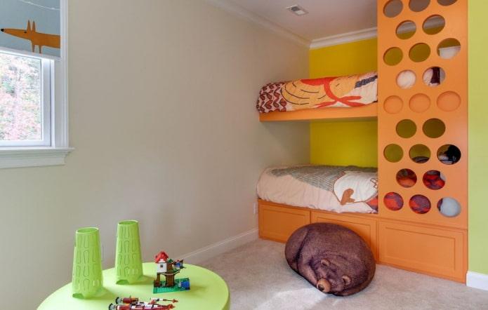 lit superposé orange dans la pépinière