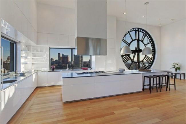 Une fenêtre originale de style loft qui ne nécessite pas de décor supplémentaire