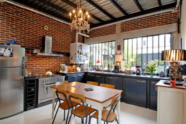 Finition non standard de la zone du plafond avec des profilés métalliques et des poutres en fer