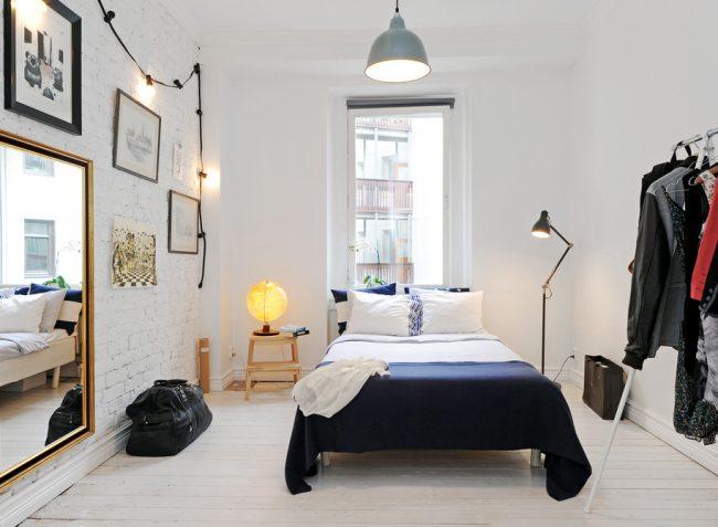 Conception moderne d'une petite chambre avec un minimum de meubles et toutes sortes de techniques pour augmenter l'espace