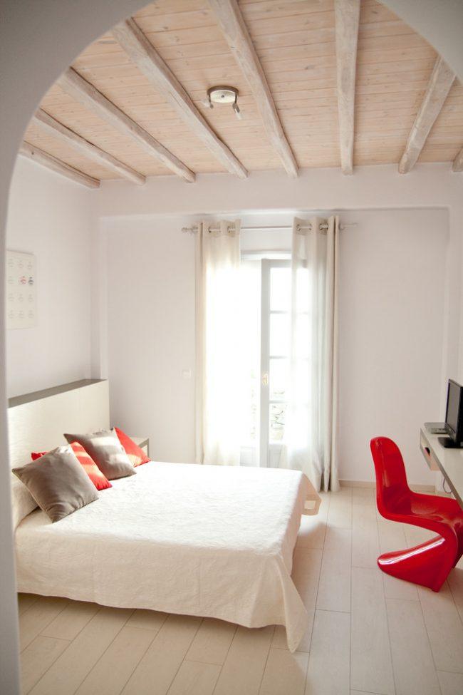 Chambre crème avec de hauts plafonds et de petits accents lumineux
