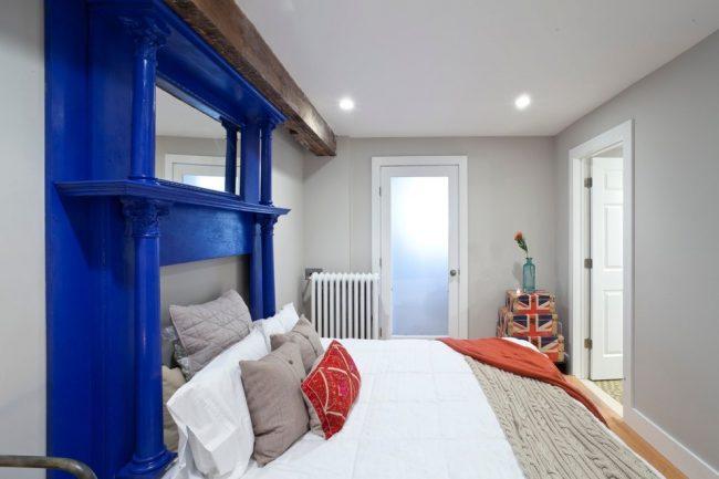 La tête de lit inhabituelle rend l'intérieur de la chambre exclusif