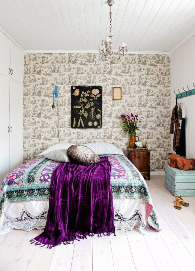Des éléments de décoration en velours vibrant animent l'atmosphère de la chambre