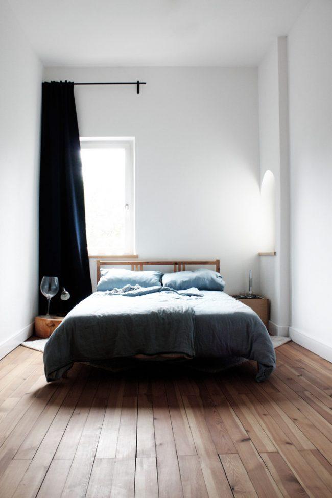 Avec l'aide de hauts plafonds et d'une décoration blanche comme neige, la pièce semble assez spacieuse.