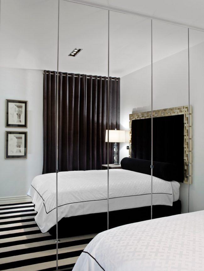 Une excellente option pour agrandir l'espace est l'installation d'une armoire à miroir