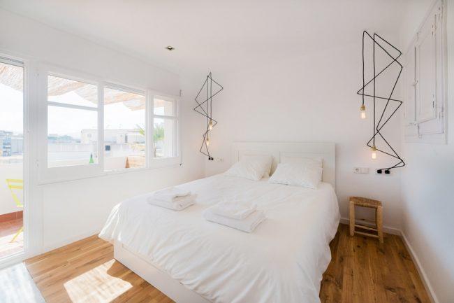 Le style le plus approprié pour une pièce compacte est le minimalisme.