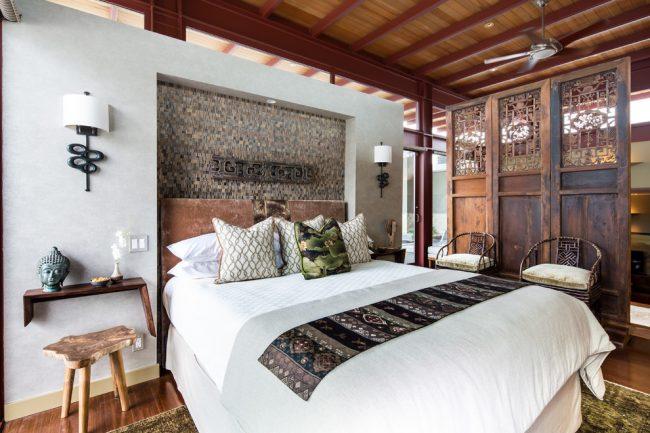 Chambre à coucher japonaise classique avec garniture de plafond en bois