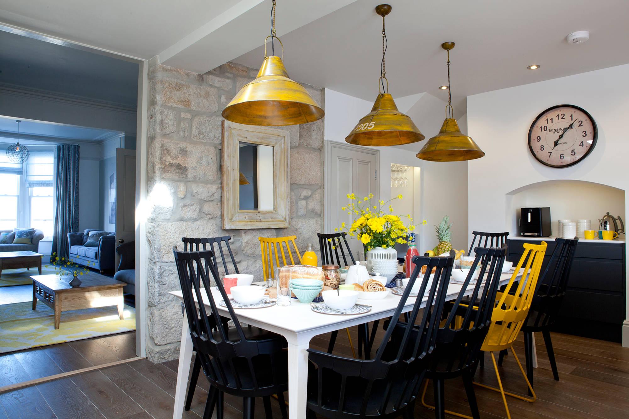 Une belle combinaison de jaune et de noir dans le design de la salle à manger