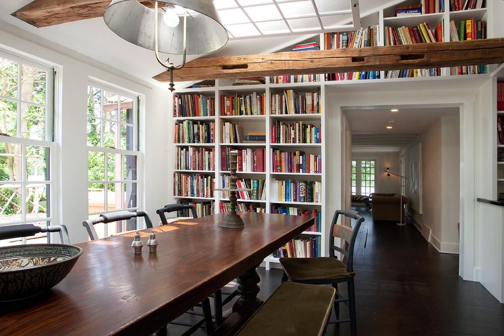 Les étagères du mur au plafond serviront d'excellent décor pour votre intérieur