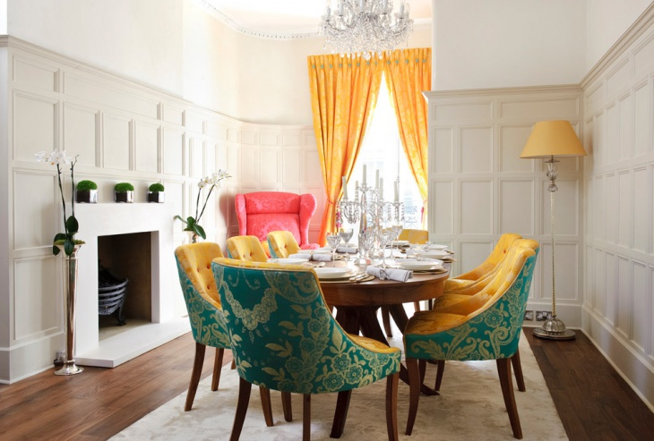 Rideaux lumineux et chaises massives dans la salle à manger