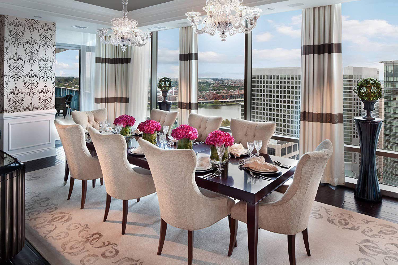 Salle à manger lumineuse et élégante avec fenêtres panoramiques
