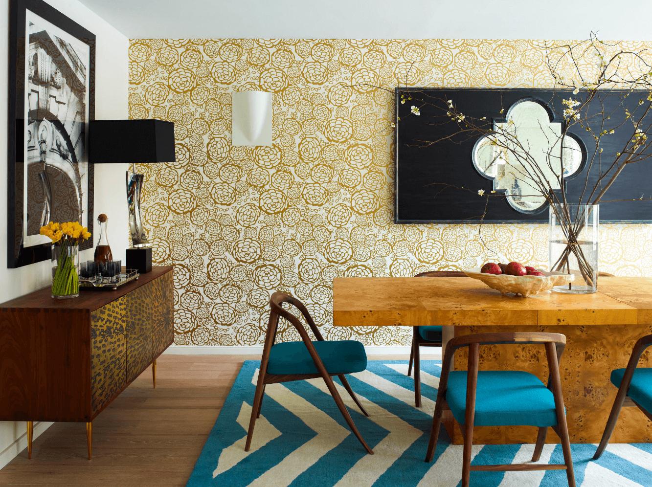 Salle à manger tendance avec tapis et chaises colorés