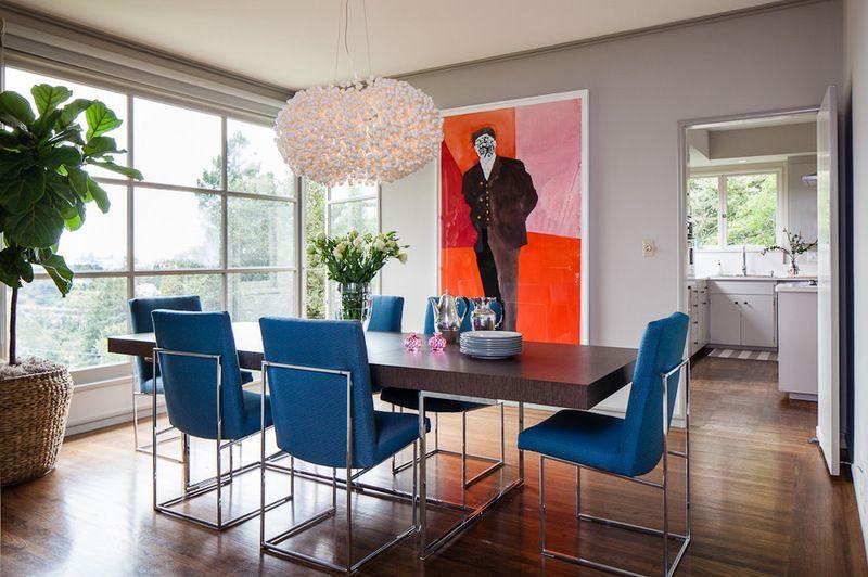 Salle à manger à la mode avec lustre design et peinture colorée