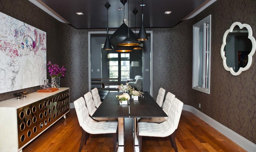Salle à manger séparée aux couleurs sombres avec éclairage à plusieurs niveaux