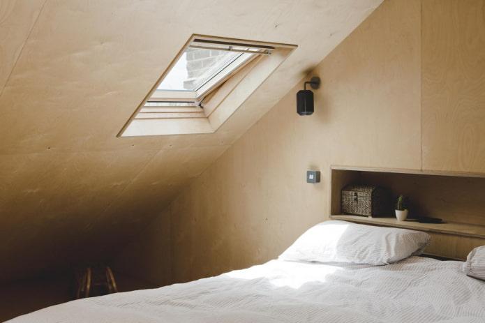 murs en contreplaqué dans la chambre