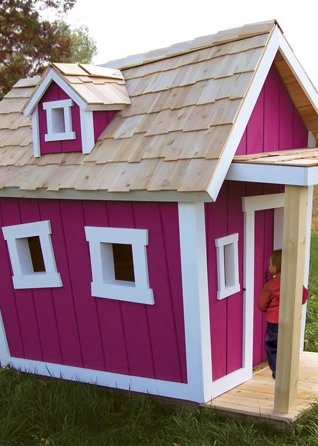 Maison rose avec des tuiles