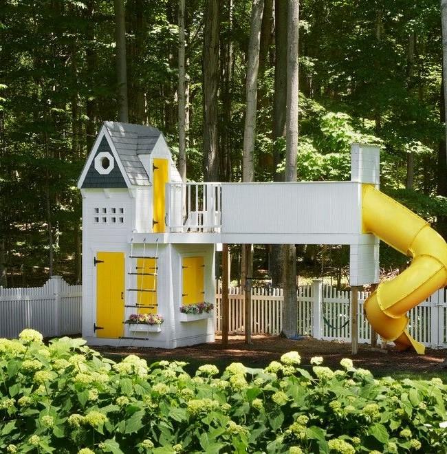 Maison combinée avec une plate-forme de jeu