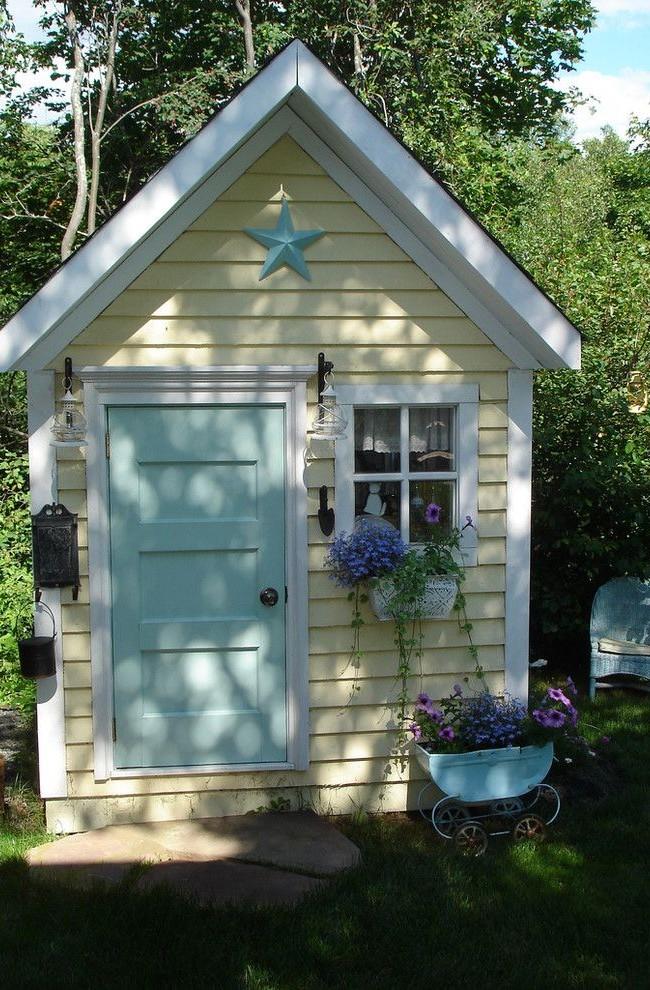 Maison jaune-beige avec une porte bleue