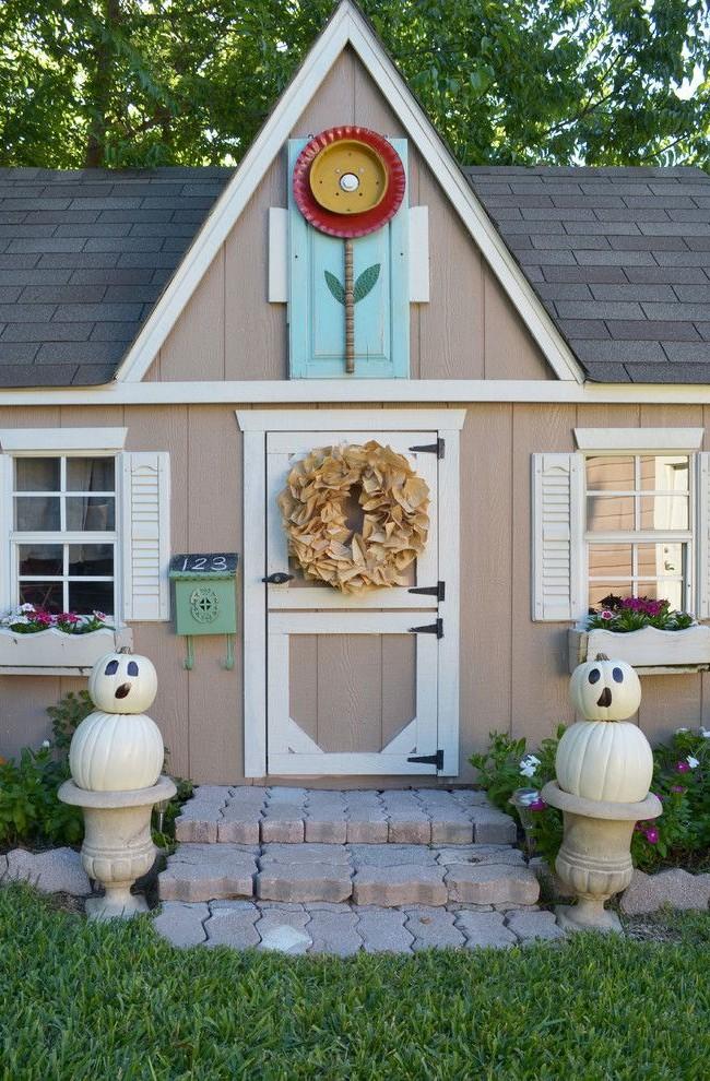 Playhouse avec boîte aux lettres numérotée et couronne de papier sur la porte