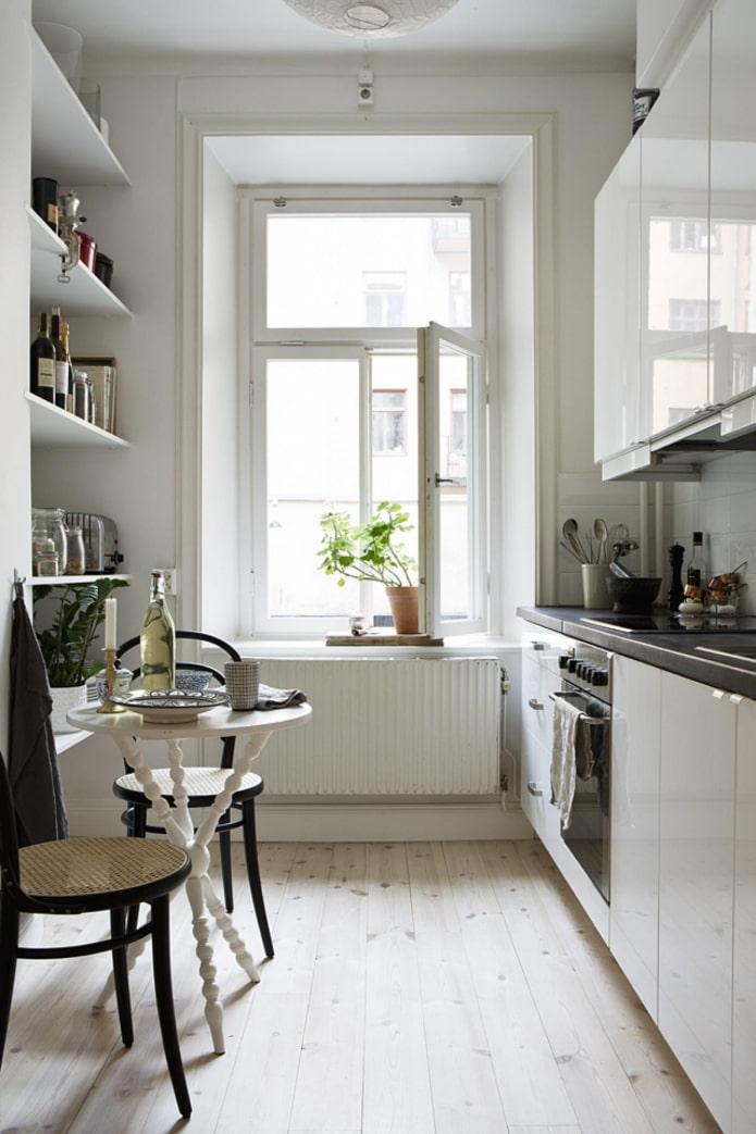 cuisine étroite avec étagères
