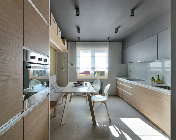 Coin repas dans une cuisine rectangulaire