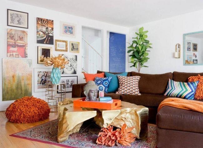 Les accessoires et les meubles avec des surfaces en métal brossé ont toujours l'air frais dans un salon moderne.
