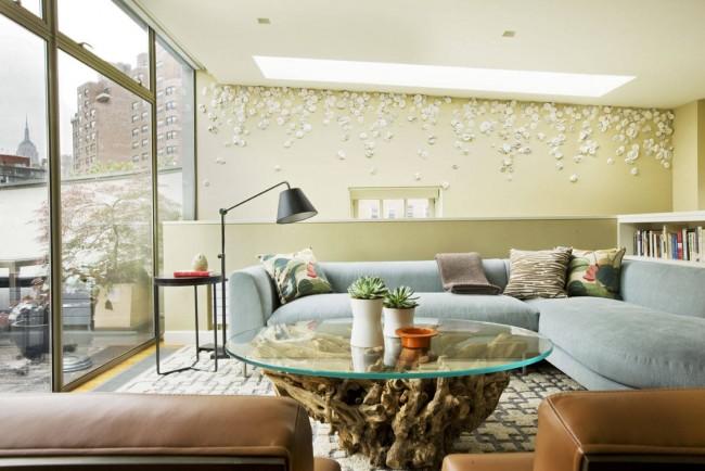 Table d'appoint avec plateau en verre pour une vue complète d'un matériau inhabituel - bois massif