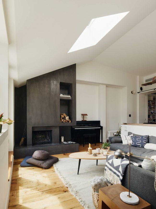 Table basse en bois simple dans un intérieur de salon minimaliste confortable
