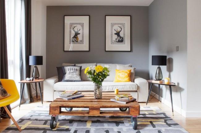 Table d'appoint en cuivre sur un pied et table basse basse soudée avec plateau en bois