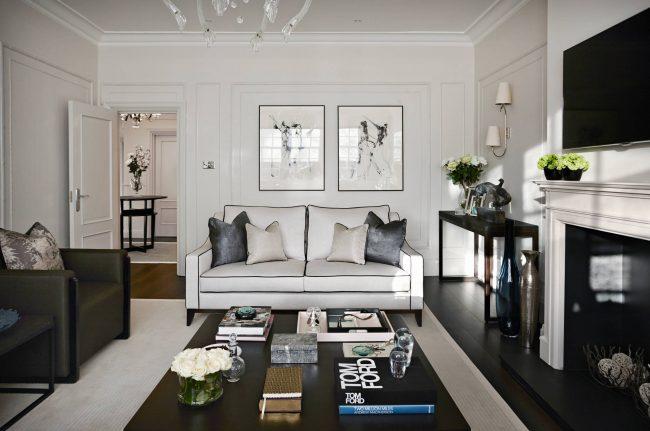 Le choix par défaut pour un salon ultra-moderne est une table basse carrée ou rectangulaire, réalisée dans un esprit de minimalisme absolu