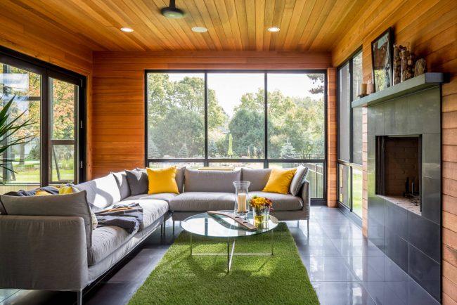 Le verre est le matériau optimal pour ceux qui souhaitent agrandir visuellement l'espace du salon