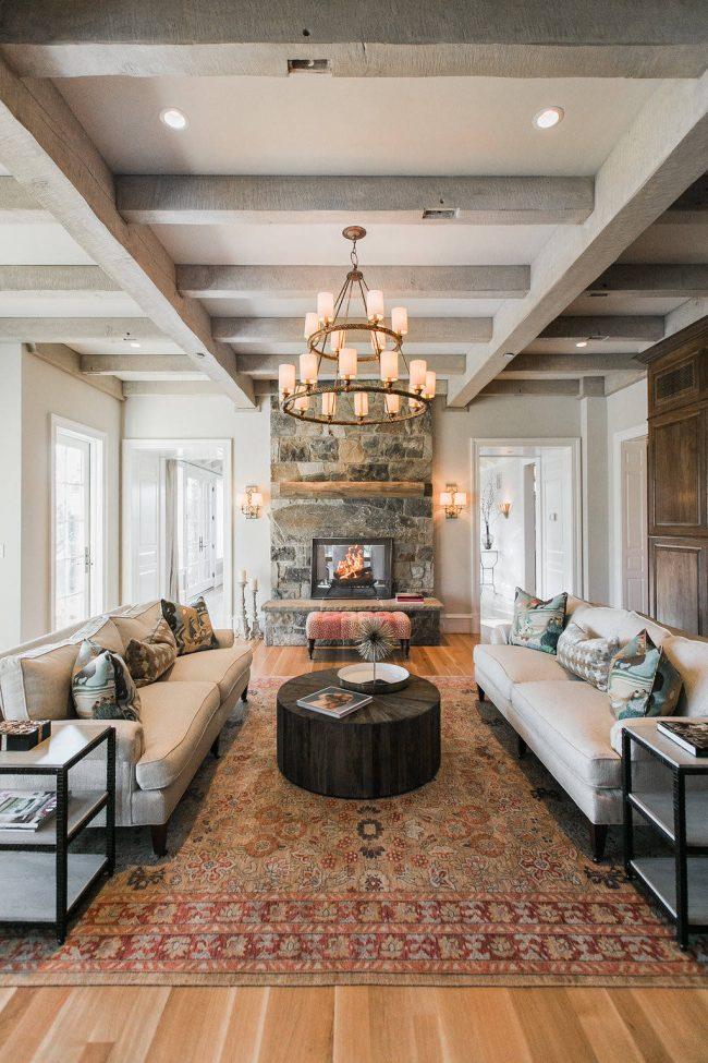 Table ronde d'appoint en bois massif dans un salon spacieux dans une maison privée