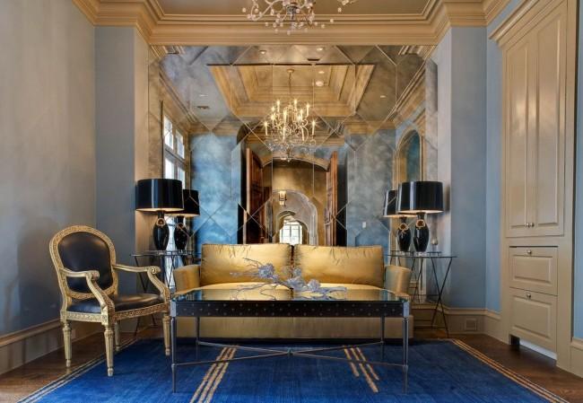 Salon luxueux avec un mur en miroir