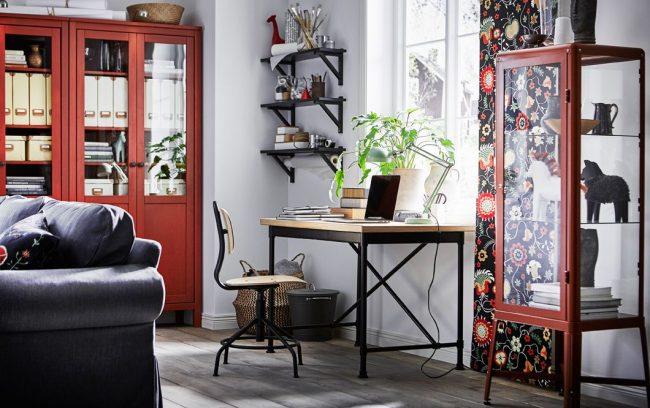 Bureau IKEA avec structure en métal