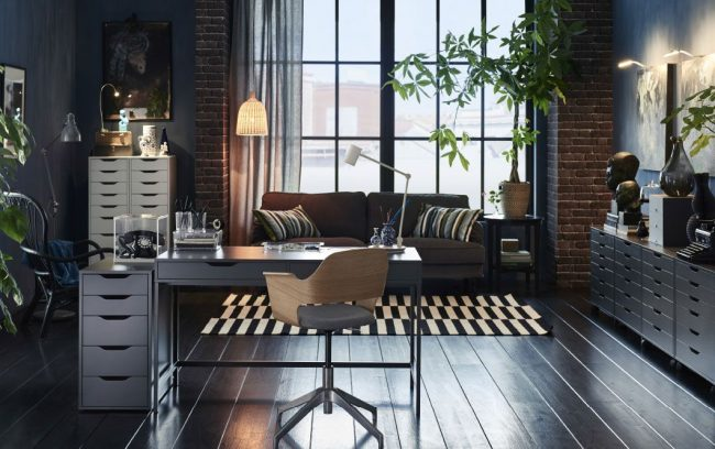 Bureau gris élégant d'IKEA dans un intérieur de style loft