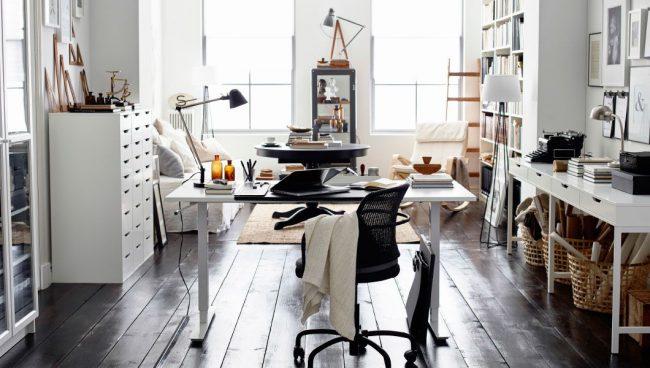 Intérieur élégant aux couleurs claires avec des meubles IKEA
