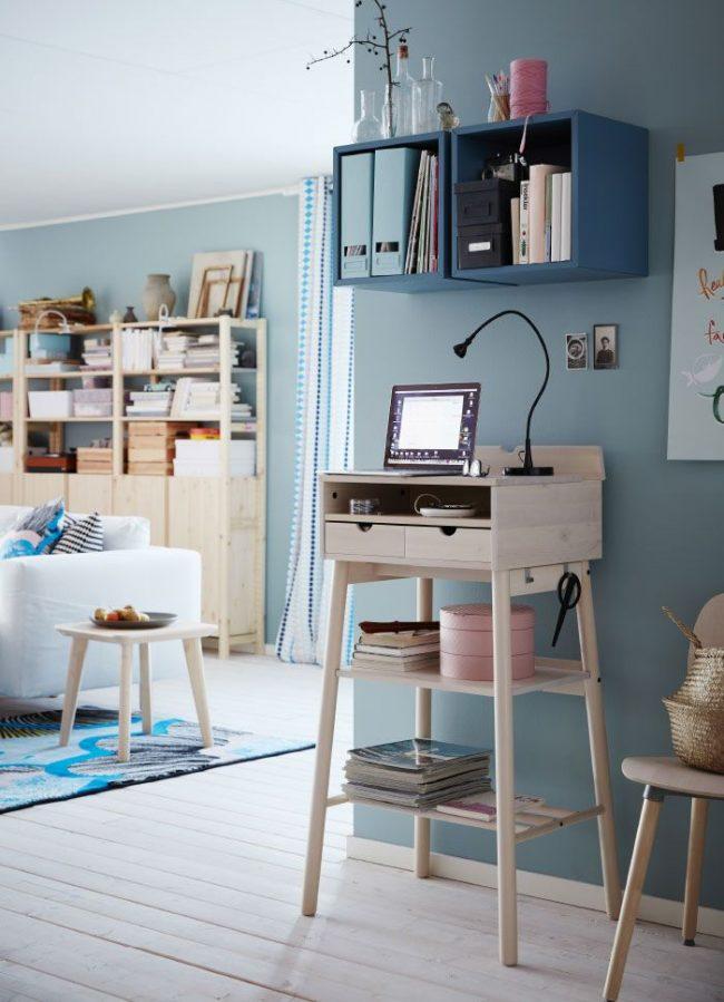 Table d'écriture inhabituelle avec des pieds hauts d'IKEA