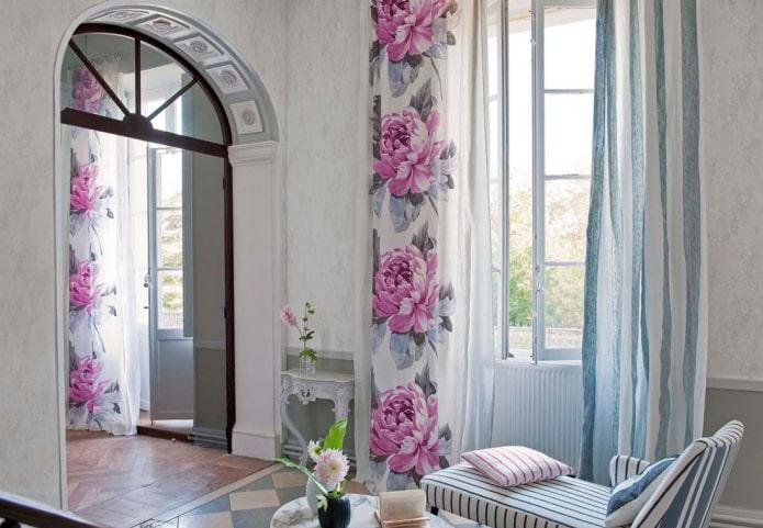 rideaux avec imprimé floral à l'intérieur