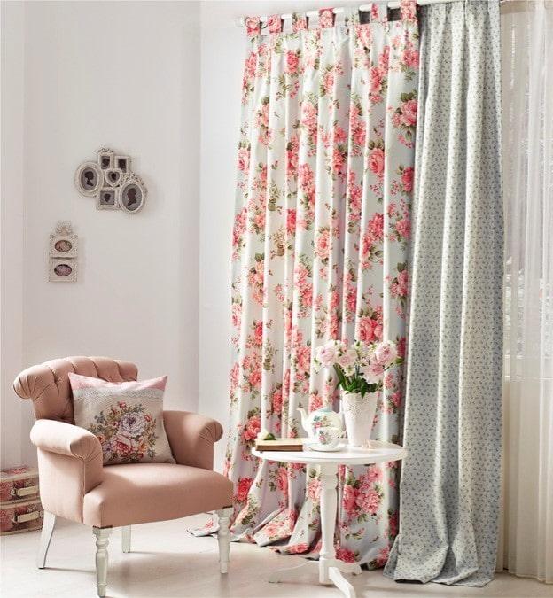 rideaux avec des roses à l'intérieur