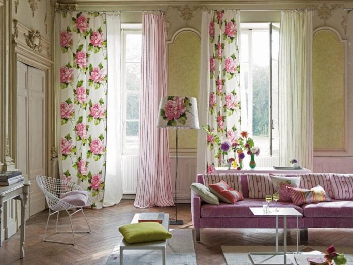 rideaux fleuris dans le salon
