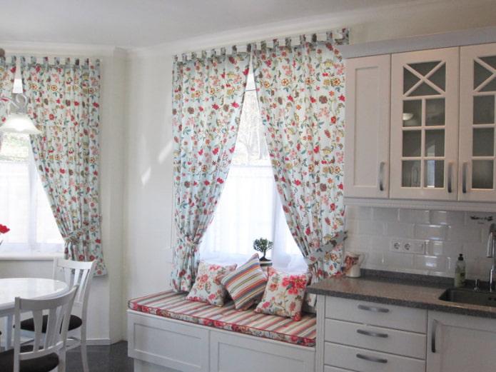 rideaux avec un petit imprimé floral dans la cuisine